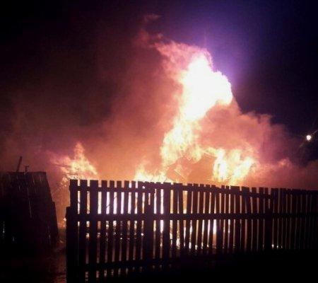 Casa de madeira pega fogo no bairro Cidade Baixa em Aripuanã