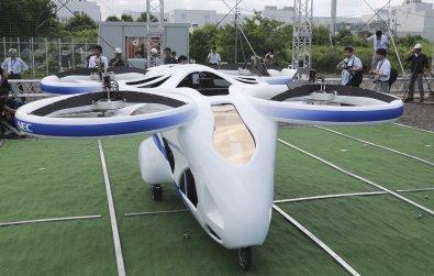 Carro voador faz voo de um minuto