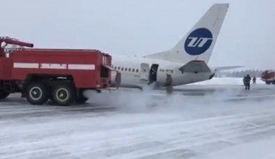 Avião com 100 pessoas a bordo aterriza com trem de pouso quebrado
