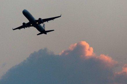 Pilotos brigam durante voo e abandonam cabine de comando