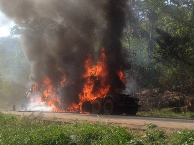 Caminhão e carreta batem de frente, 1 pega fogo e condutor morre na BR-364