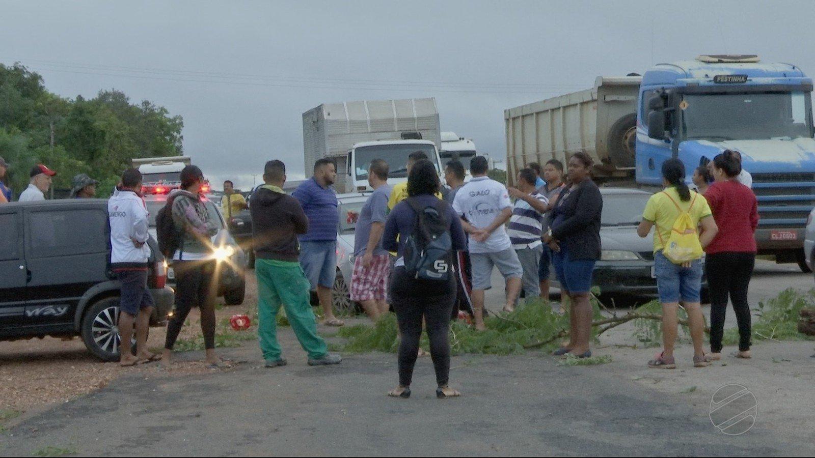 Passageiros fecham rodovia em protesto após reajuste de tarifa de transporte intermunicipal