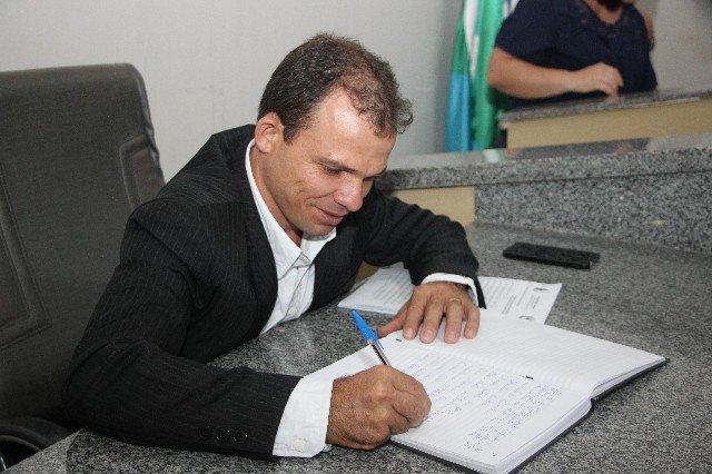 Vereador Elias solicita que seja construído banheiros públicos nas praças do município de Colniza