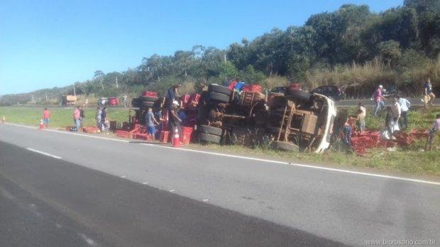 Caminhão carregado com frangos tomba e moradores saqueiam carga