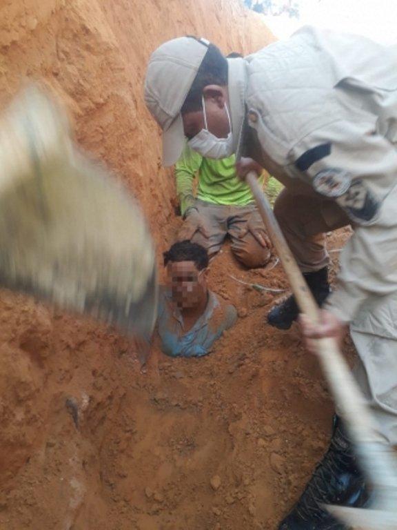 Bombeiros resgatam trabalhador que ficou soterrado durante manutenção de rede de água