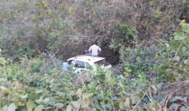 Casal fica ferido após carro cair em ribanceira às margens da BR-163