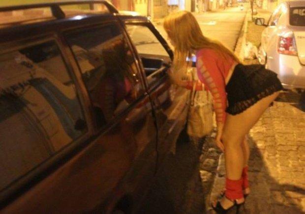 Mulher não recebe pelo programa, quebra caminhonete de cliente e é espancada