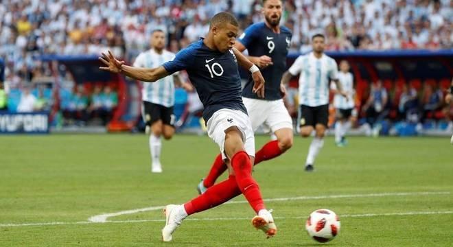 Mbappé marca dois, França segue e Argentina está fora da Copa