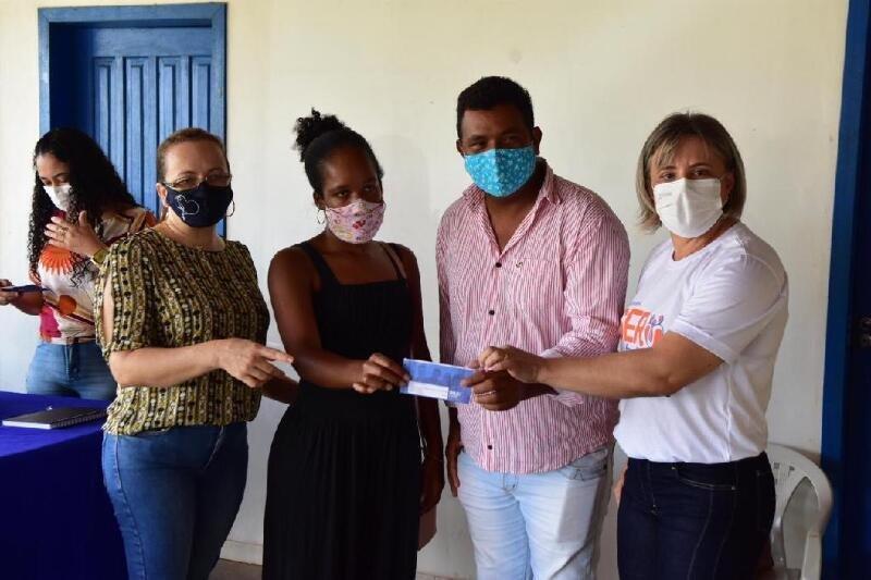 Adjunta da Setasc entrega cartões do Ser Família Emergencial em Juína, Juara e Colniza