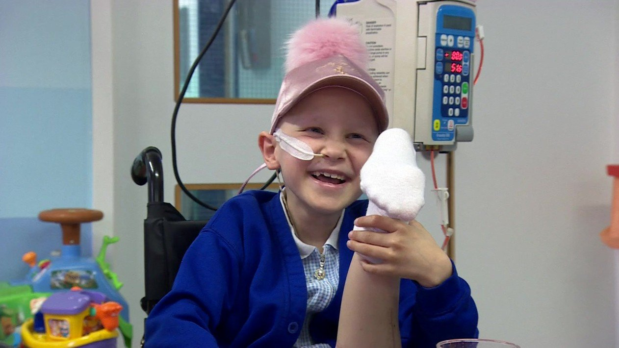 Menina com câncer ósseo tem perna reimplantada ao contrário para facilitar movimento