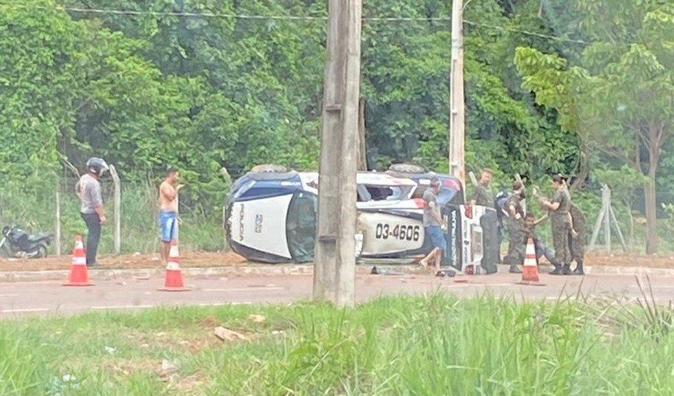 Viatura da PM capota após carro furar a preferencial e policiais ficam feridos em MT