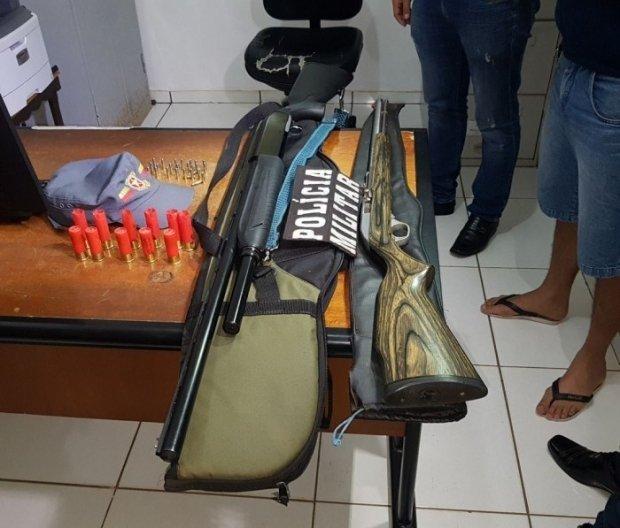 Homem é preso com espingardas e 30 munições e é levado à delegacia