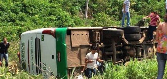 Ônibus da Verde Transportes tomba com 32 passageiros na BR-163