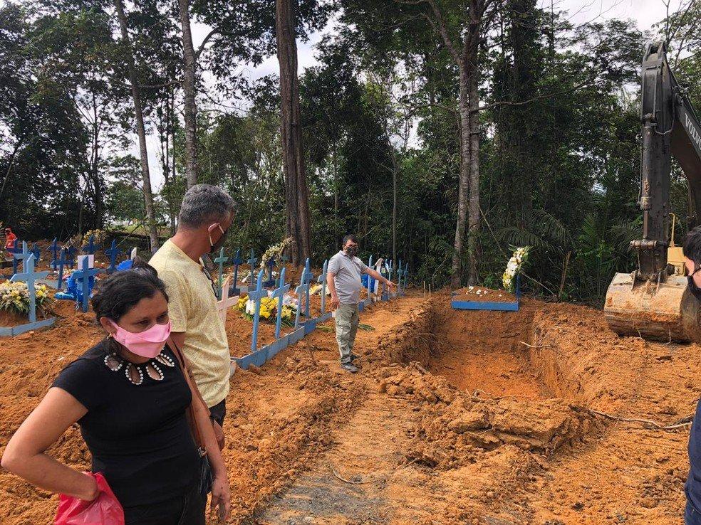 Média de enterros diários em Manaus cresce 80% em 15 dias