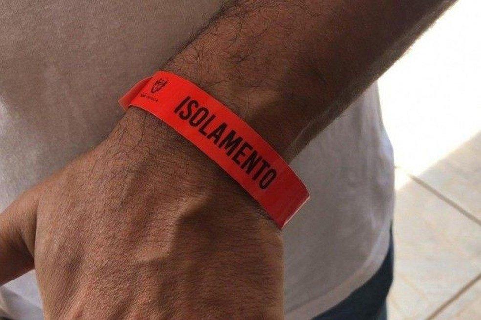 Pessoas com Covid são obrigadas a usar pulseira vermelha em município de MT