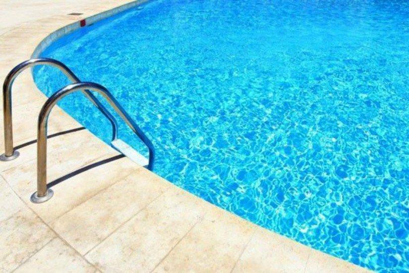 Criança de 1 ano morre afogada após cair em piscina