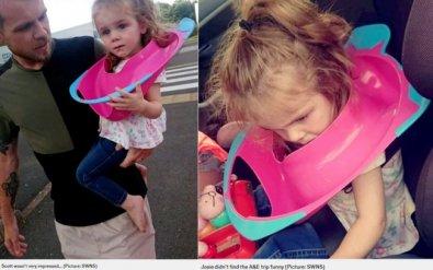Criança prender a cabeça em assento de privada