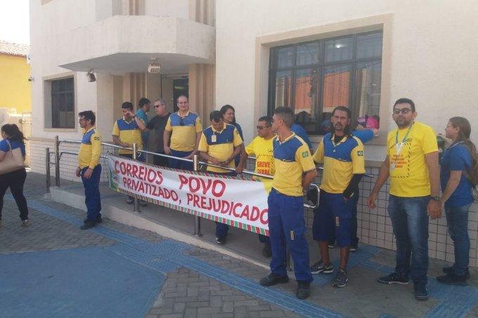 Funcionários dos Correios entram em greve geral